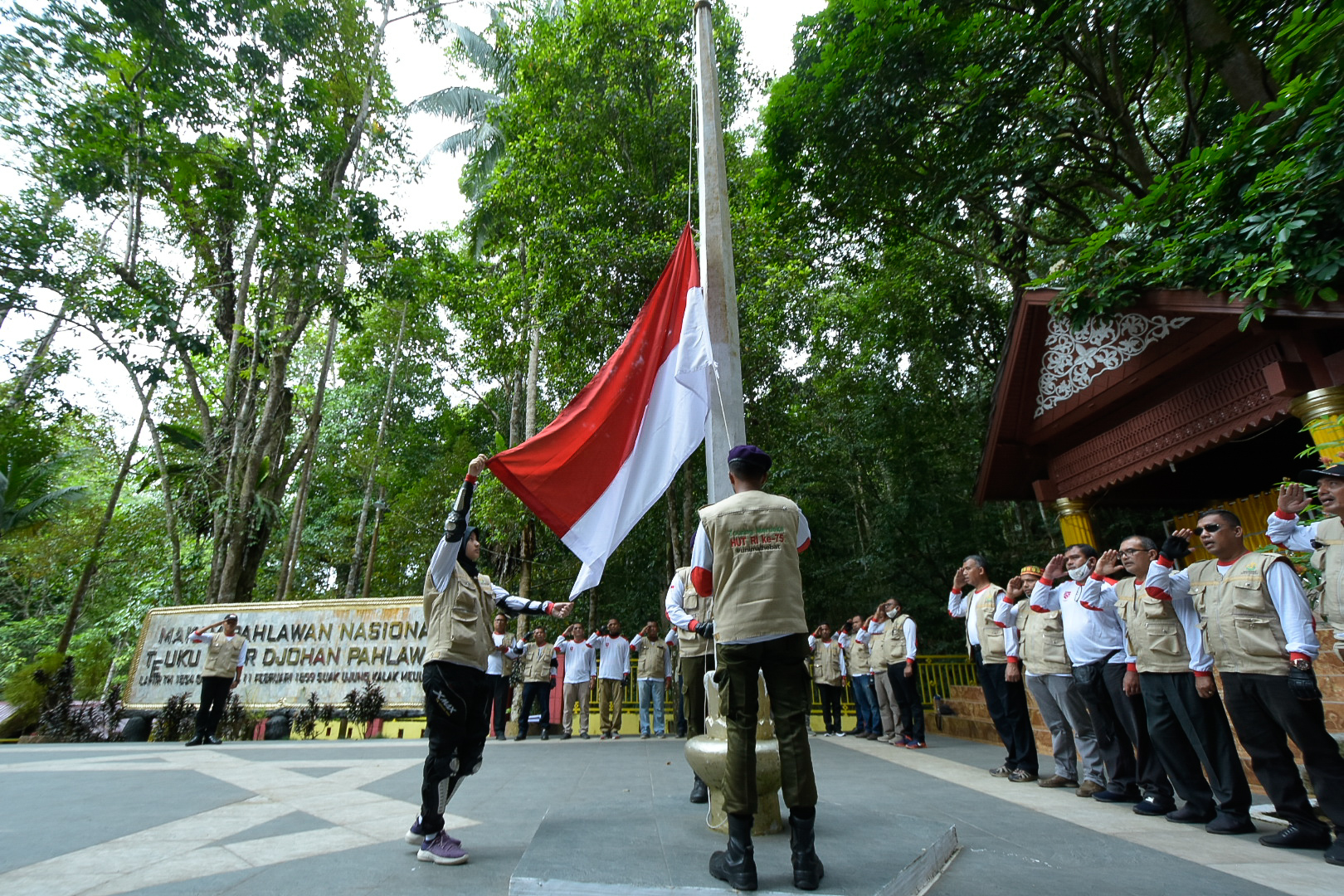 http://news.unimal.ac.id/index/single/1460/tim-touring-merdeka-unimal-upacara-bendera-dan-samadiyah-di-makam-teuku-umar