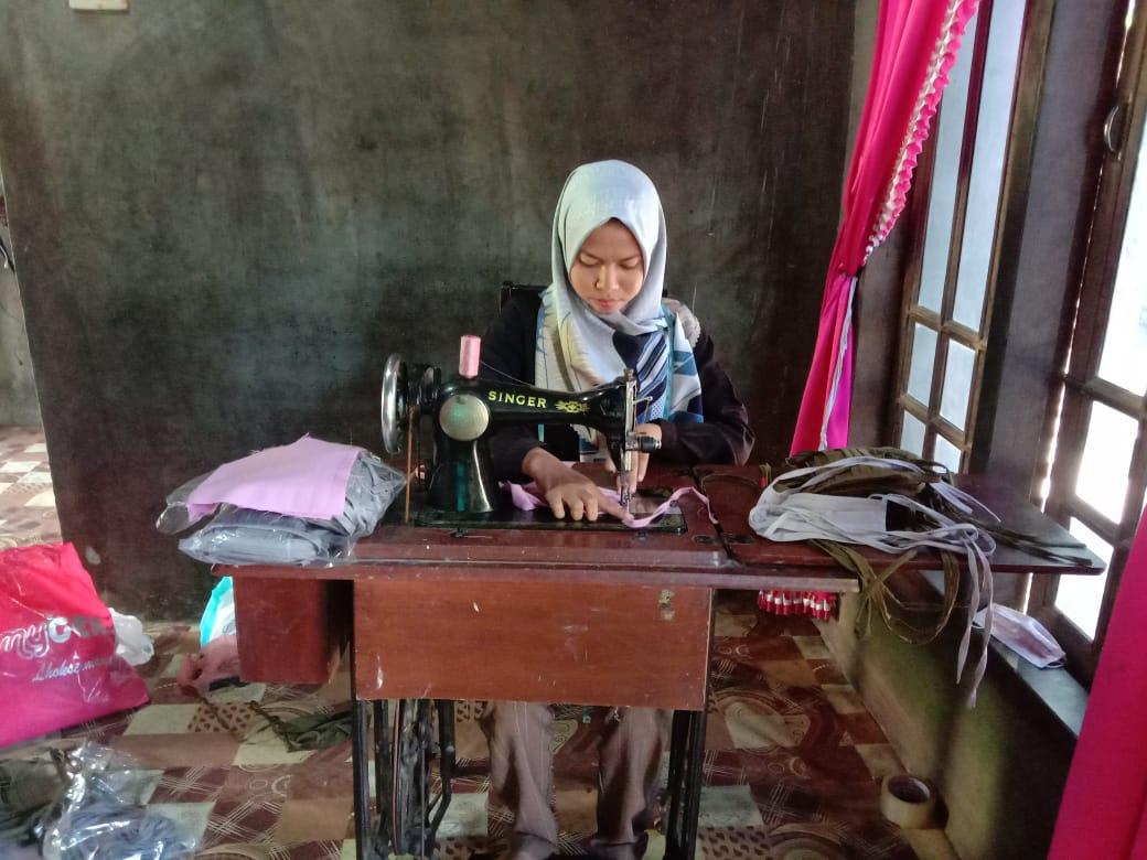 http://news.unimal.ac.id/index/single/1036/sambil-belajar-di-rumah-mahasiswa-ini-produksi-masker-berbahan-kain